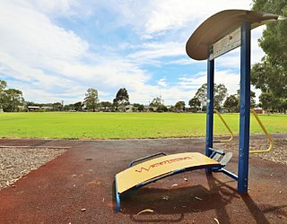 Scarborough Terrace Reserve 20190107 Fitness Equipment Station 3 Sit Up Vertical Push Up Station 1
