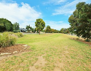 Harbrow Grove Reserve 20190107 Grass Kickabout 1
